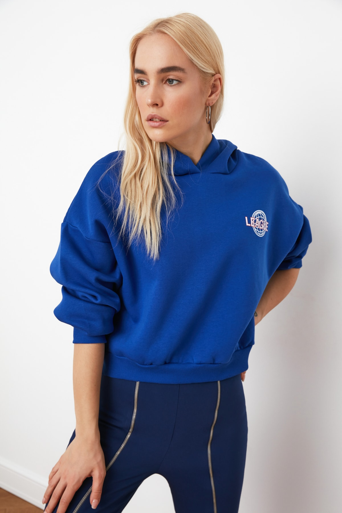 TRENDYOLMİLLA Saks Ön ve Sırt Baskılı Basic Örme Sweatshirt TWOAW21SW0047 2