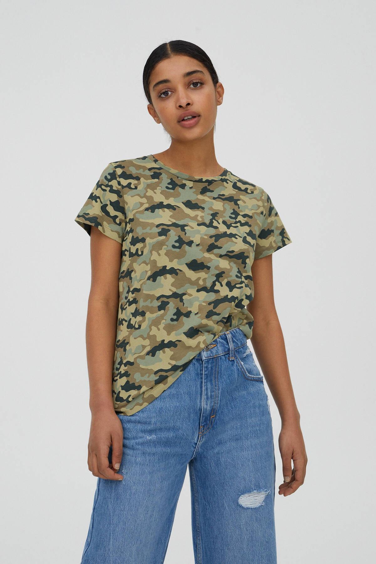 Pull & Bear Kadın Haki Kamuflaj Desenli T-Shirt 05236338