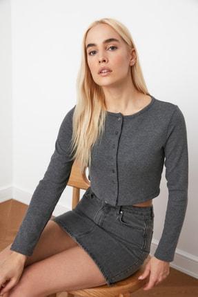 TRENDYOLMİLLA Antrasit Düğmeli Crop Örme Bluz TWOAW21BZ0115