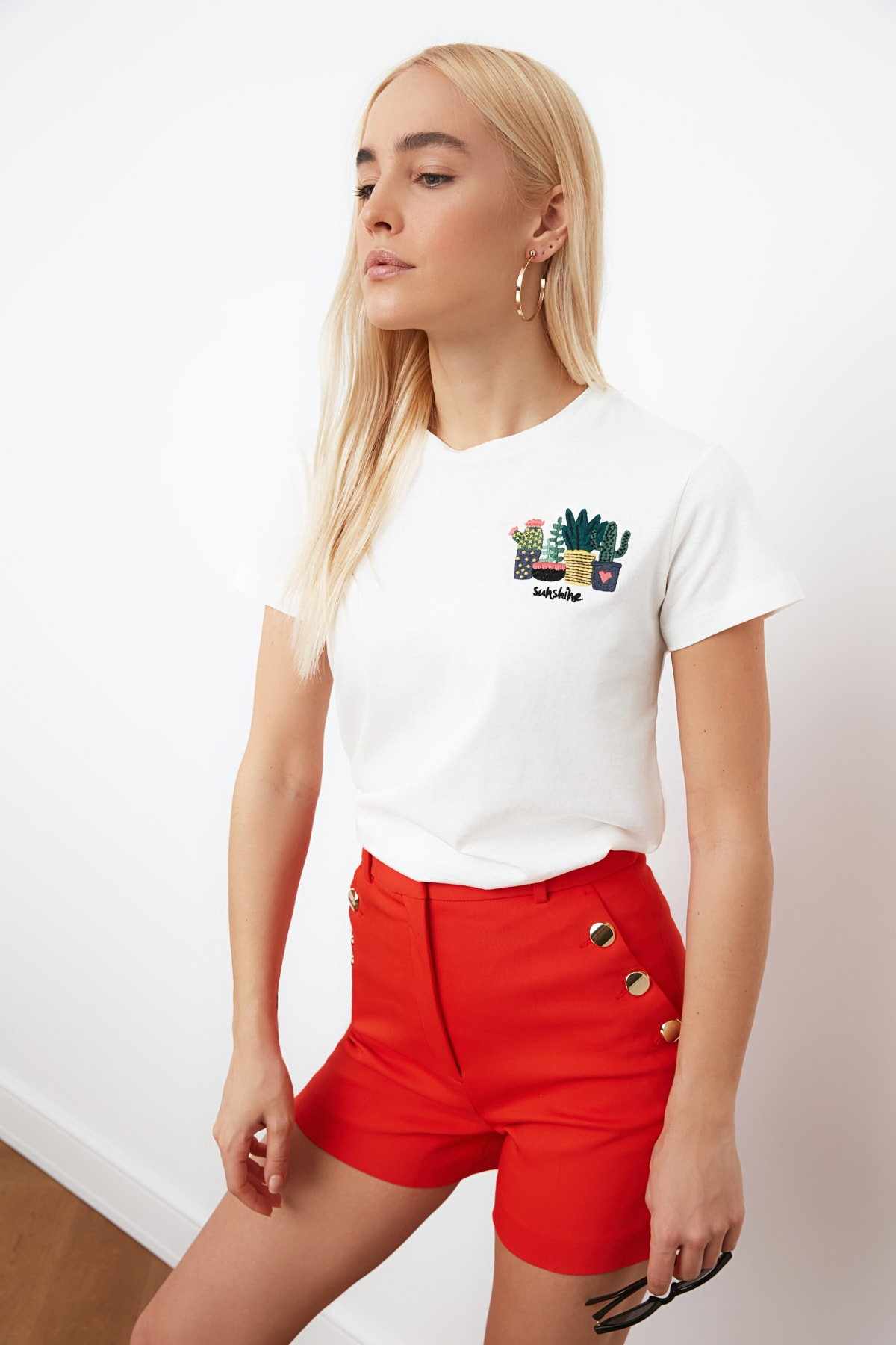 TRENDYOLMİLLA Beyaz Nakışlı Basic Örme T-shirt TWOSS19PB0013 1