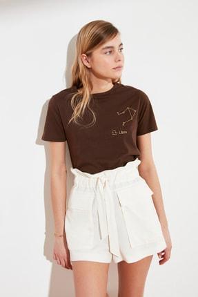TRENDYOLMİLLA Kahverengi Terazi Burç Nakışlı Basic Örme T-Shirt TWOSS20TS0293