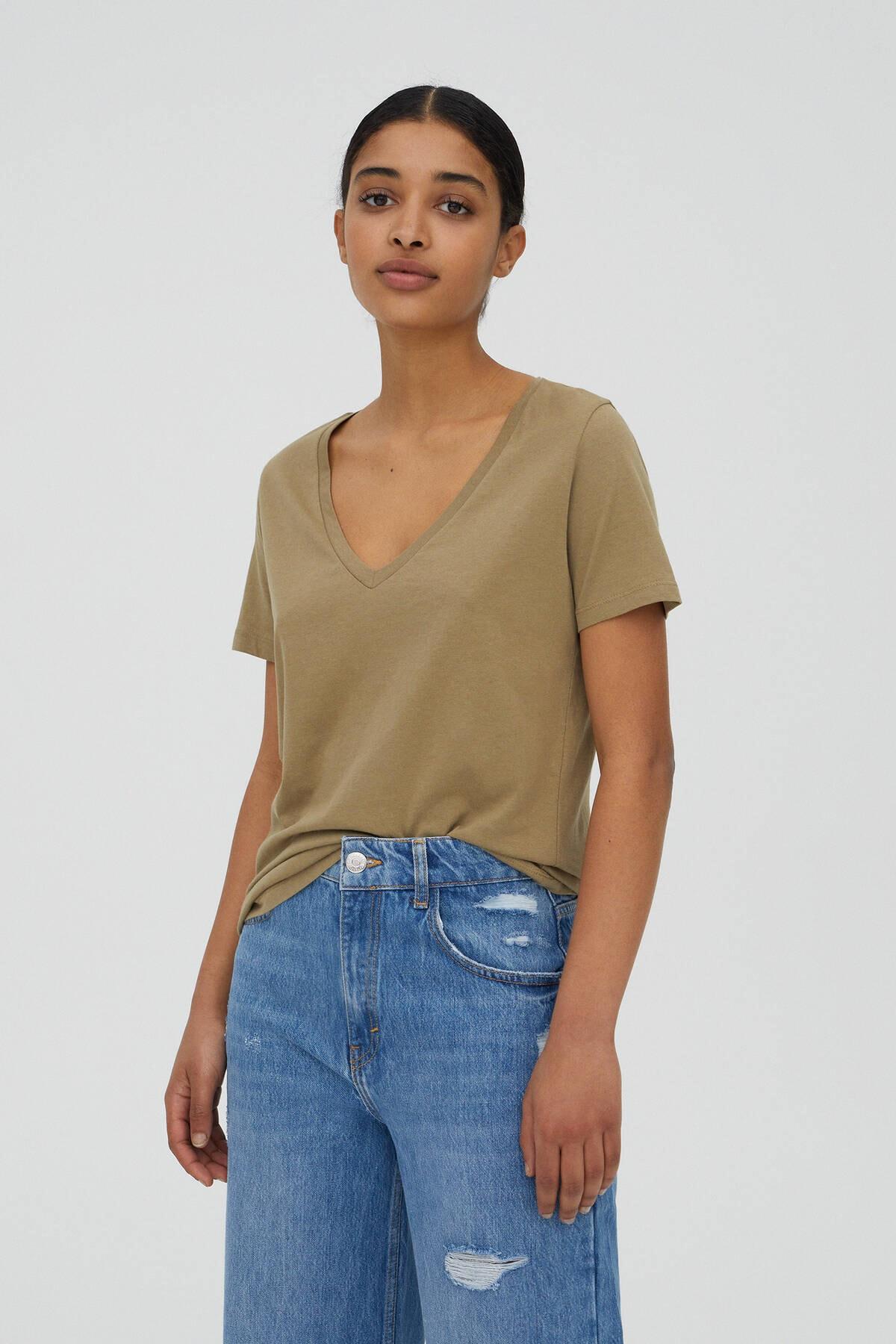 Pull & Bear Kadın Orta Haki V Yaka Pamuklu T-Shirt 05234358 1