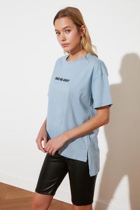 TRENDYOLMİLLA Mavi Baskılı Asimetrik Boyfriend Örme T-Shirt TWOSS21TS1719