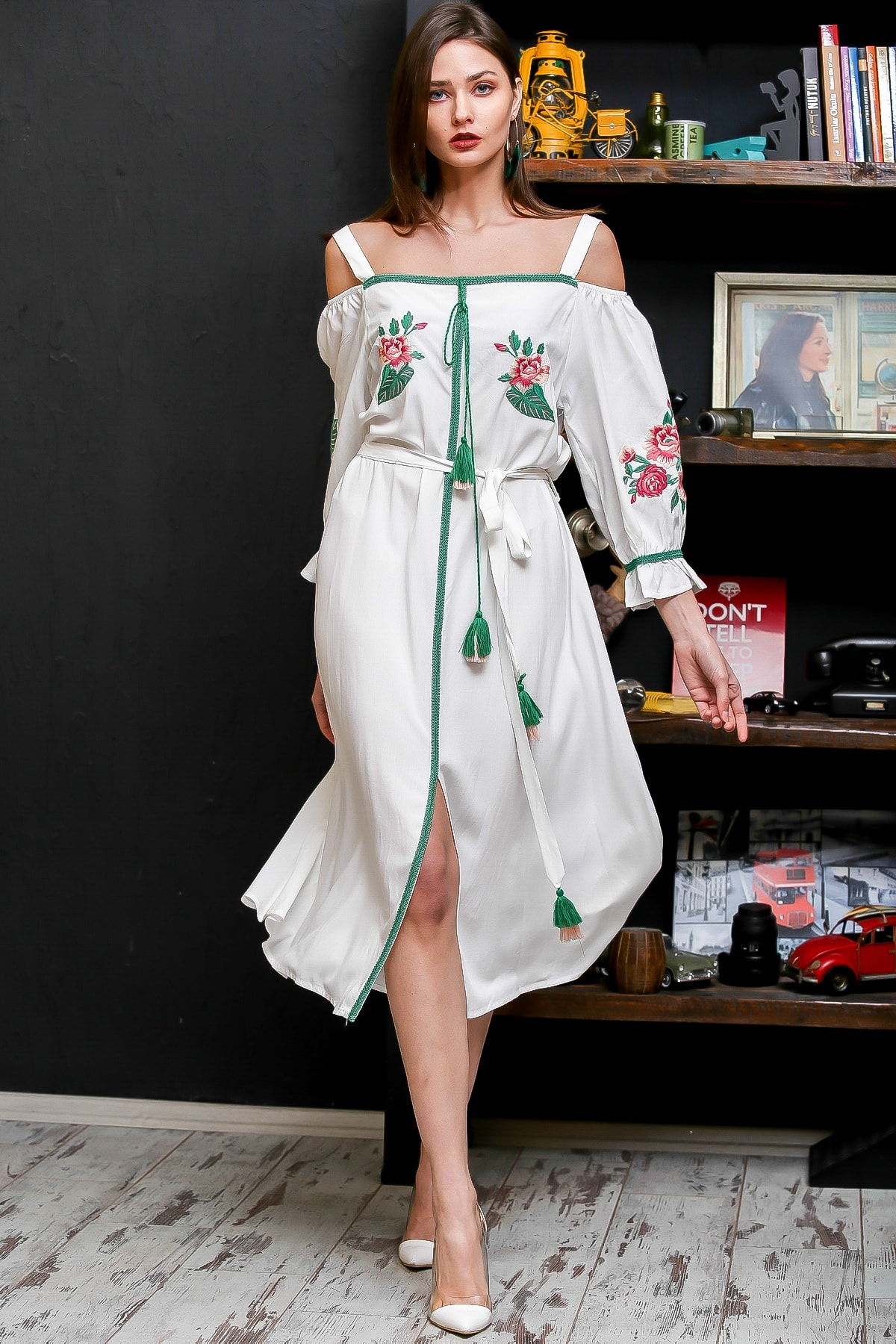 Chiccy Kadın Beyaz Carmen Yaka Gül Nakışlı Şeritli Püsküllü Kuşaklı Askılı Dokuma Elbise M10160000EL95875
