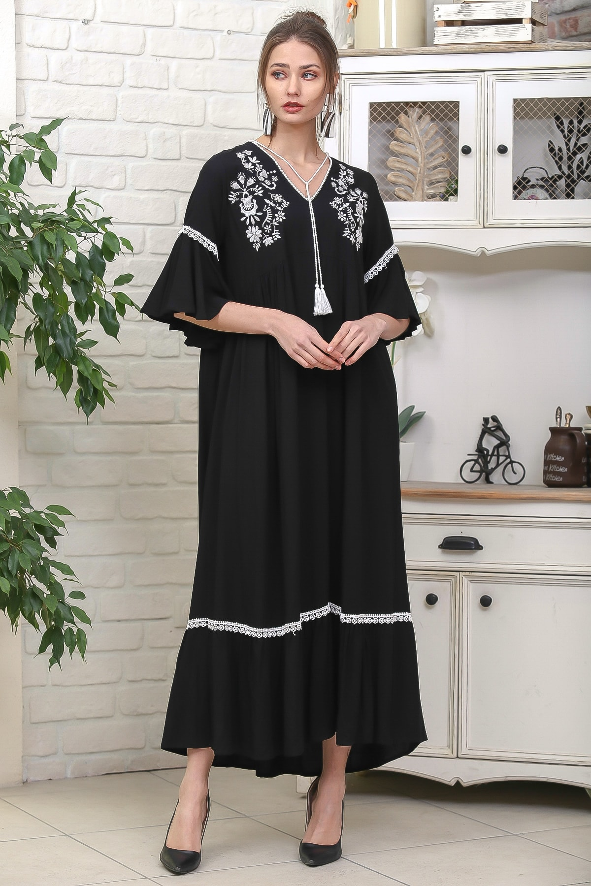 Chiccy Kadın Siyah Çiçek Nakışlı V Yaka Kol Ve Etek Ucu Dantelli Dokuma Salaş Elbise M10160000EL95902