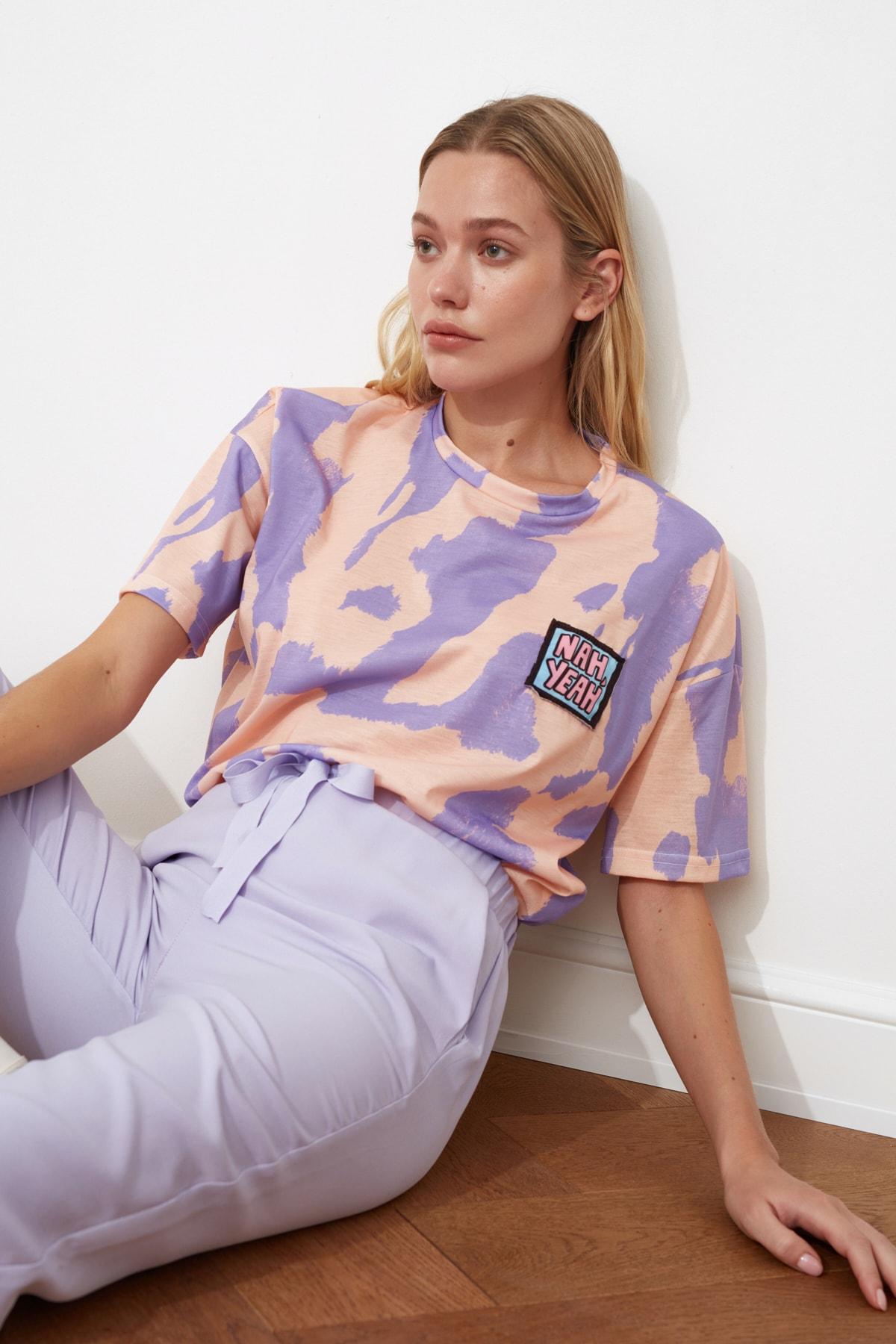 TRENDYOLMİLLA Lila Baskı Detaylı Oversize Örme T-Shirt TWOSS20TS0787 1