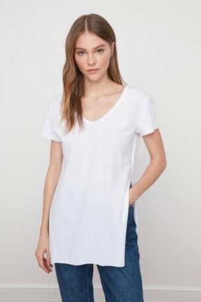 TRENDYOLMİLLA Beyaz V Yaka Asimetrik Örme T-Shirt TWOSS20TS0927