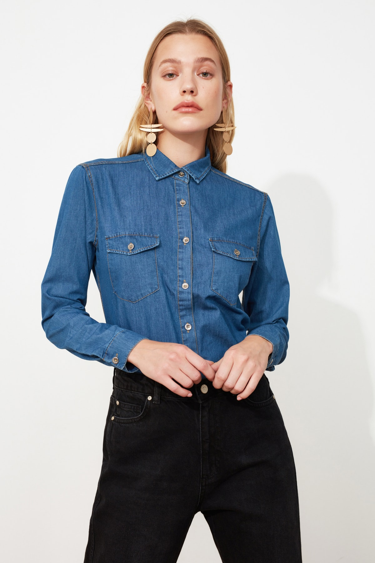 TRENDYOLMİLLA Mavi Cep Detaylı Denim Gömlek TWOSS20GO0326 1