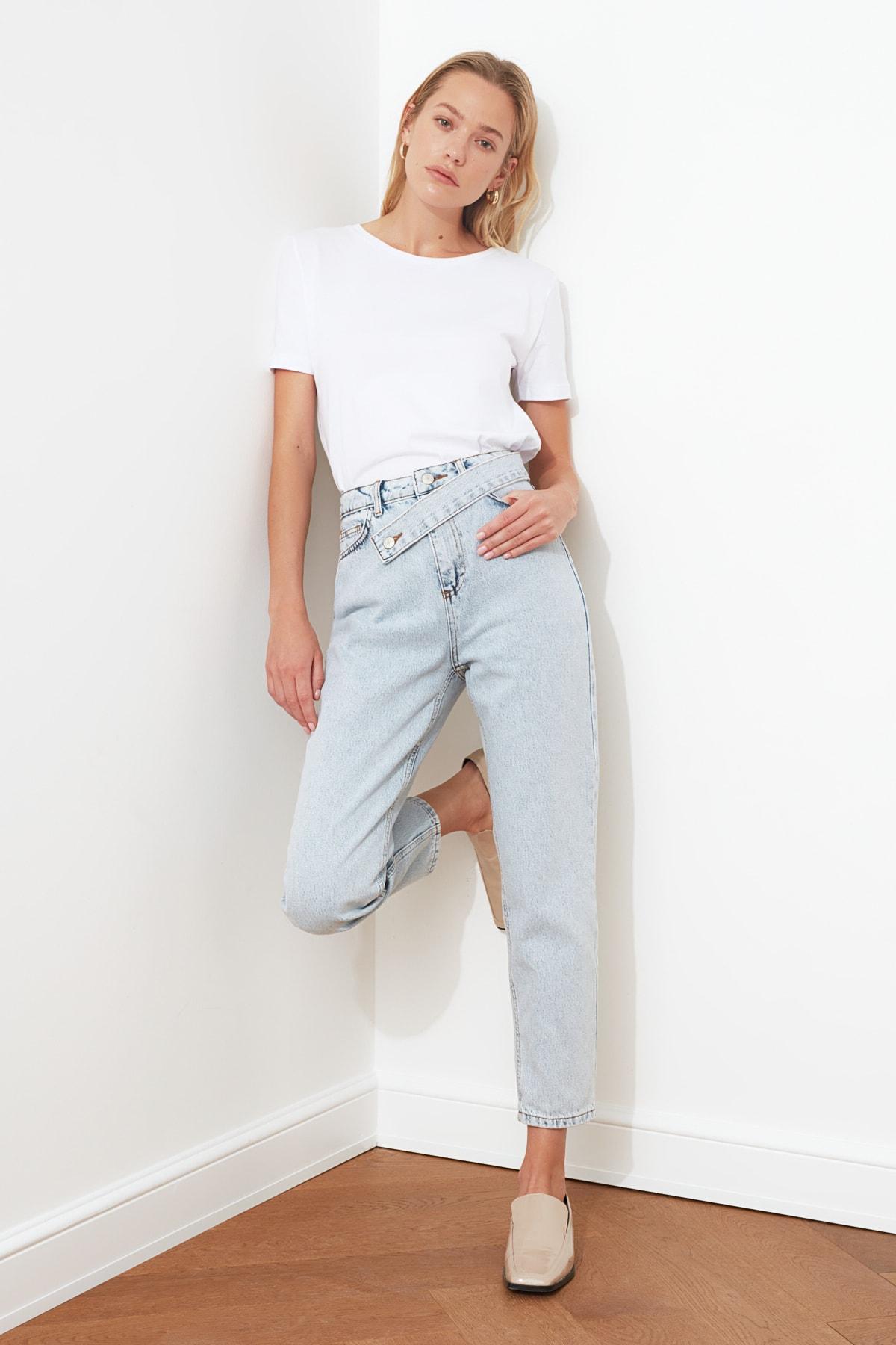 TRENDYOLMİLLA Mavi Asimetrik Kapamalı Yüksek Bel Mom Jeans TWOAW21JE0119 1