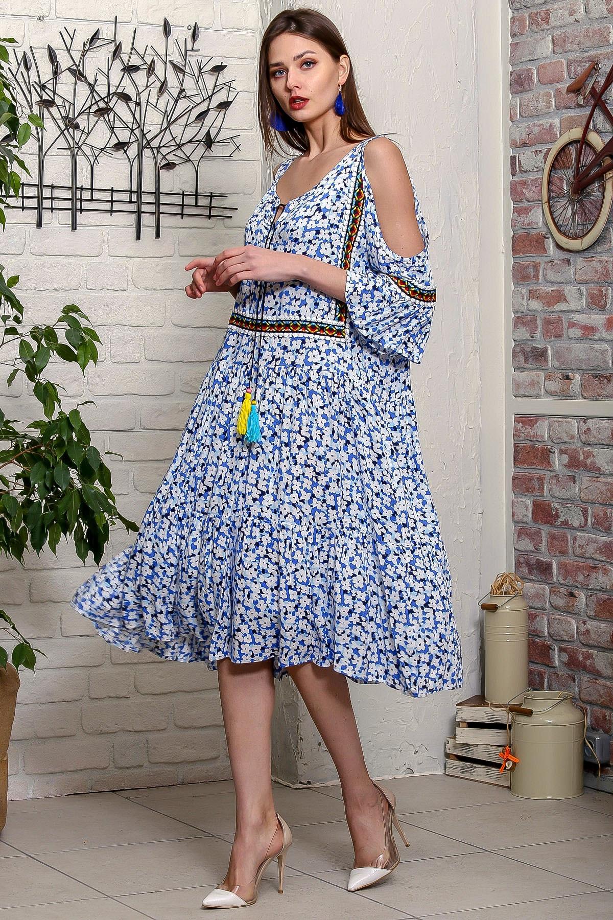 Chiccy Kadın Mavi Omuzları Pencereli Çıtır Çiçek Desenli Tribal Şeritli Salaş Midi Elbise