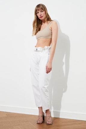 TRENDYOLMİLLA Beyaz Beli Büzgülü Kemerli Yüksek Bel Relaxed Mom Jeans TWOSS21JE0612