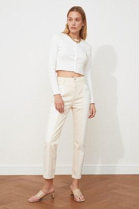TRENDYOLMİLLA Ekru Beyaz Renk Bloklu Yüksek Bel Mom Jeans TWOSS20JE0415