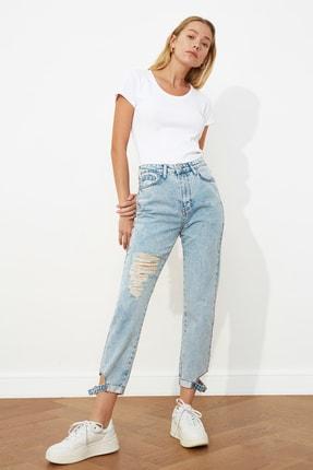 TRENDYOLMİLLA Mavi Yırtıklı Paça Detaylı Yüksek Bel Mom Jeans TWOSS21JE0177