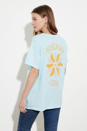 TRENDYOLMİLLA Açık Mavi Baskılı Boyfriend Örme T-Shirt TWOSS20TS1444