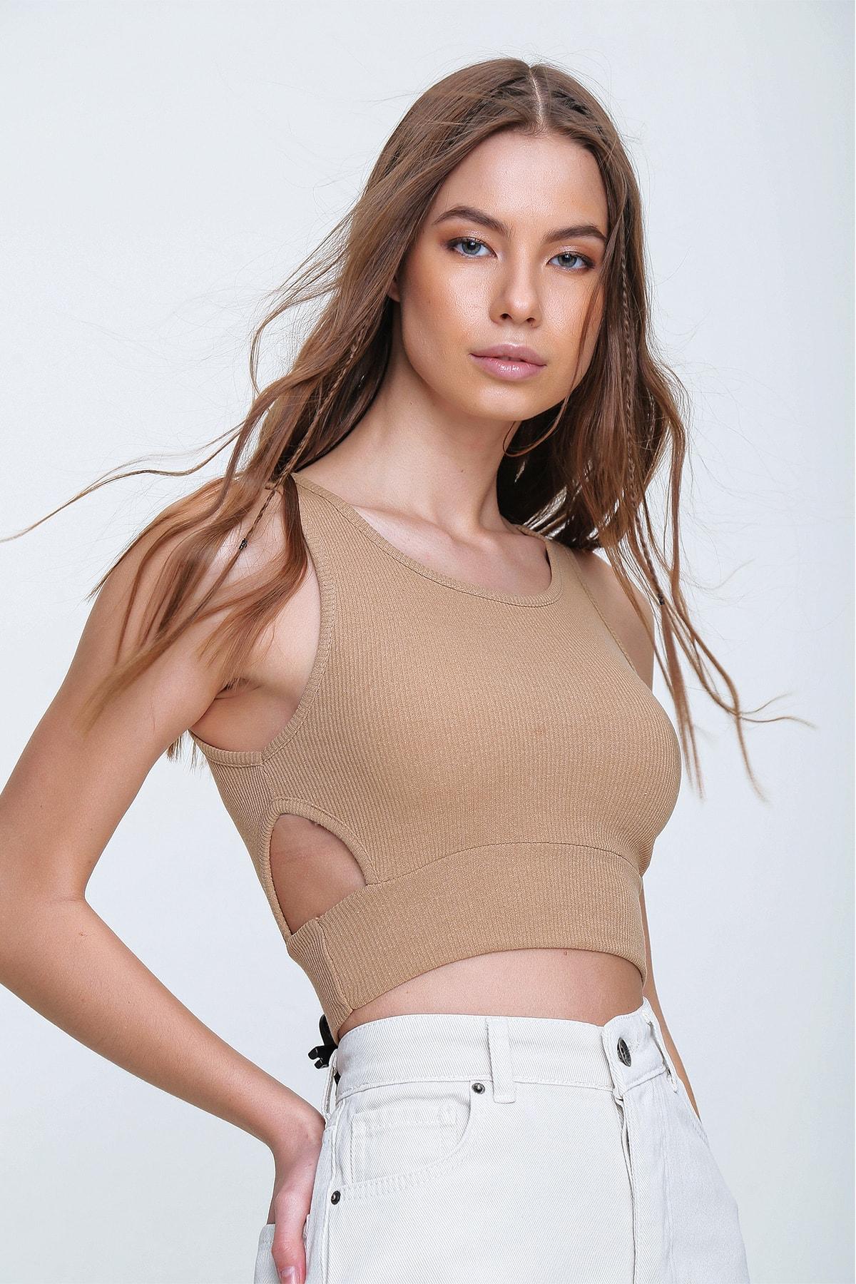 Trend Alaçatı Stili Kadın Bej Dekolteli Crop Kaşkorse Bluz ALC-X6077 2