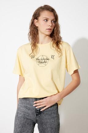 TRENDYOLMİLLA Sarı Boyfriend Örme T-Shirt TWOSS21TS1959