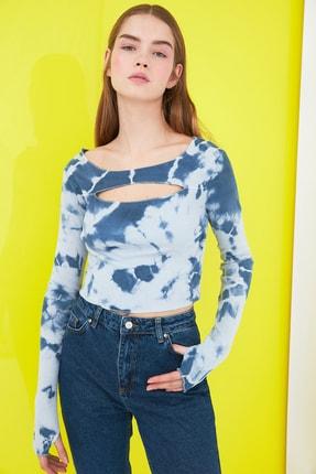 TRENDYOLMİLLA Mavi Batik Cut Out Detaylı Fitilli Örme Bluz TWOSS21BZ0042