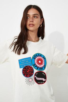 TRENDYOLMİLLA Ekru Baskılı Boyfriend Örme T-Shirt TWOSS21TS0179