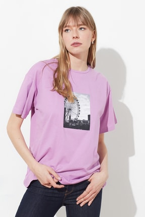 TRENDYOLMİLLA Lila Baskılı Boyfriend Örme T-Shirt TWOSS21TS1179