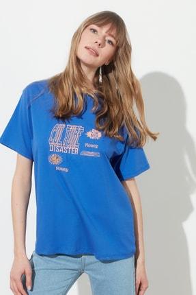 TRENDYOLMİLLA Mavi Baskılı Boyfriend Örme T-Shirt TWOSS21TS0635