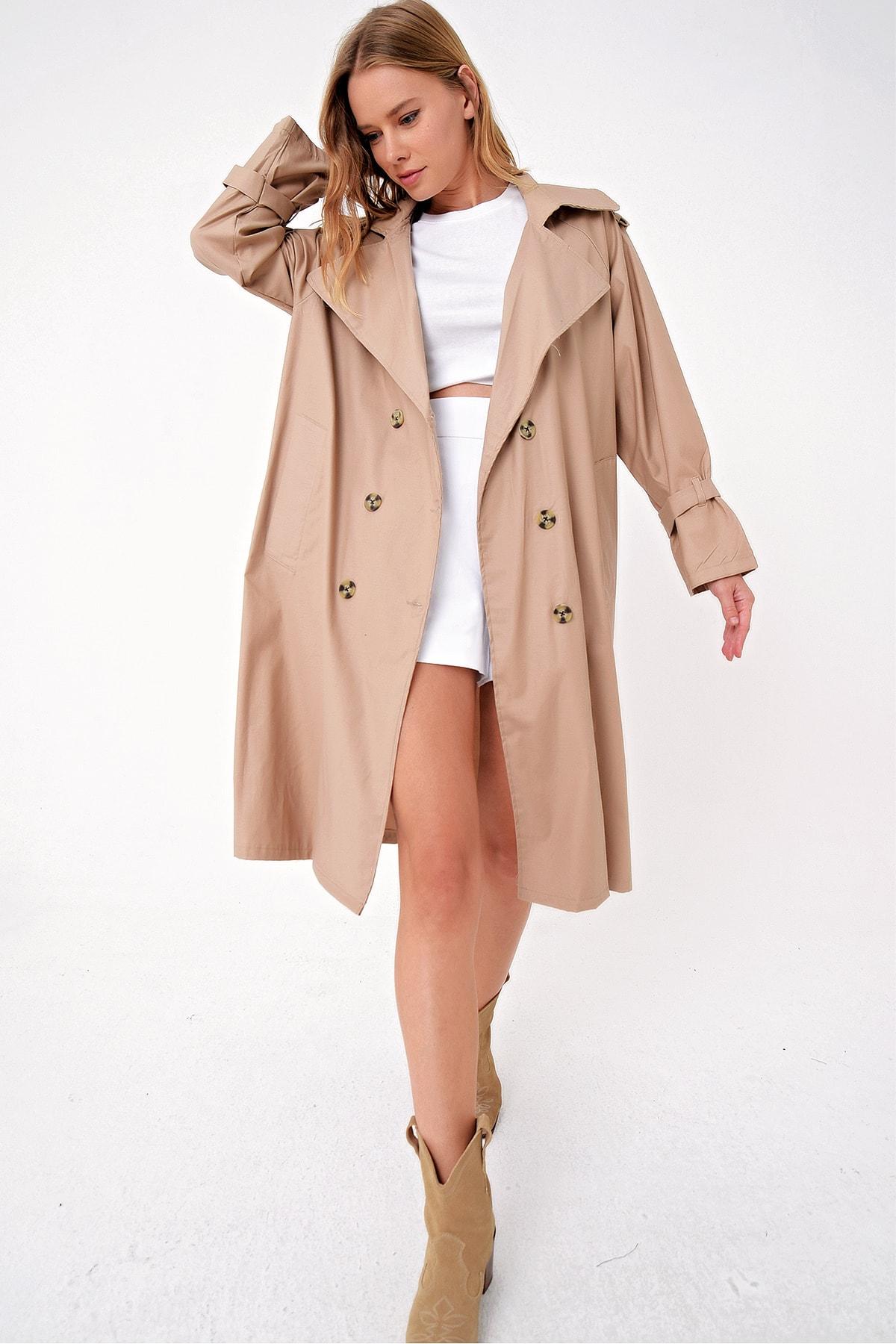 Trend Alaçatı Stili Kadın Bej Sırt Detaylı Kemerli Oversıze Trençkot ALC-X4799-RV-1 2