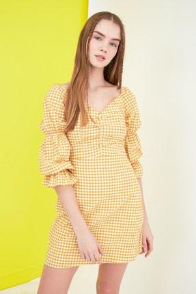 TRENDYOLMİLLA Sarı Kareli Kol Detaylı Elbise TWOSS21EL0602