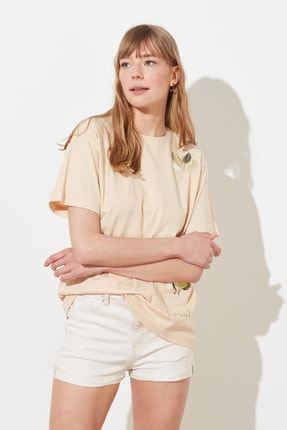 TRENDYOLMİLLA Bej Baskılı Boyfriend Örme T-Shirt TWOSS21TS0718