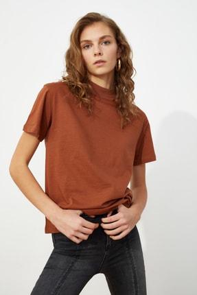 TRENDYOLMİLLA Kahverengi Dik Yaka Basic Örme T-Shirt TWOAW20TS0096