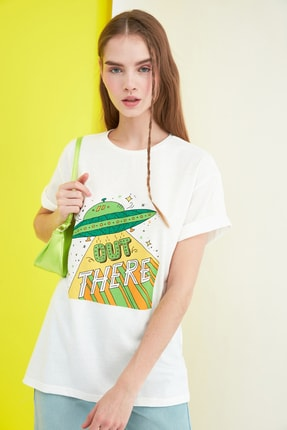 TRENDYOLMİLLA Ekru Baskılı Boyfriend Örme T-Shirt TWOSS21TS0172