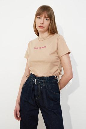 TRENDYOLMİLLA Camel Baskılı Yandan Büzgülü Crop Örme T-Shirt TWOSS21TS0552