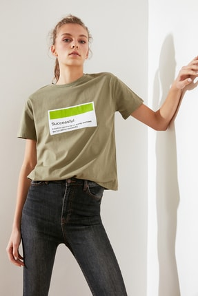 TRENDYOLMİLLA Haki Baskılı Semifitted Örme T-Shirt TWOSS21TS0145