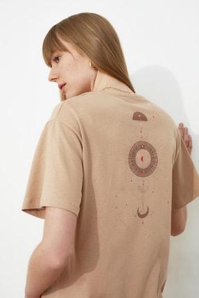 TRENDYOLMİLLA Camel Boyfriend Baskılı Örme T-Shirt TWOSS19TS0282