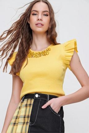 Trend Alaçatı Stili Kadın Sarı Metal Aksesuarlı Kolu Fırfırlı Kaşkorse Bluz ALC-X5978
