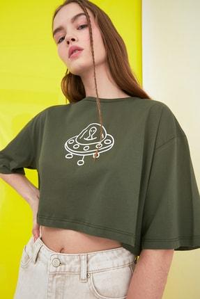 TRENDYOLMİLLA Haki Baskılı Crop Örme T-Shirt TWOSS21TS0386