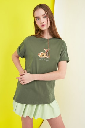 TRENDYOLMİLLA Haki Boyfriend Baskılı Örme T-Shirt TWOSS20TS0525