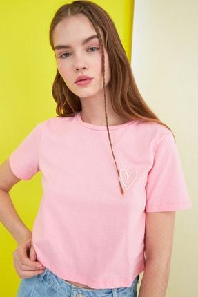 TRENDYOLMİLLA Pembe Nakışlı Crop Örme T-Shirt TWOSS21TS0649