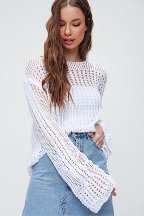 Trend Alaçatı Stili Kadın Beyaz Kayık Yaka Suni Deri Delik Ajurlu Bluz ALC-X5914