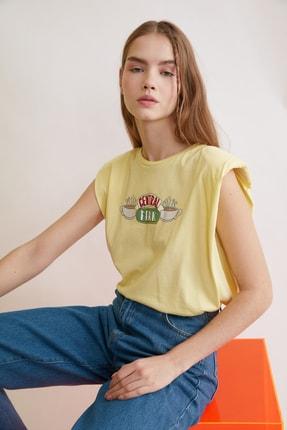 TRENDYOLMİLLA Sarı Friends Lisanslı Baskılı Vatkalı Örme T-Shirt TWOSS21TS0017