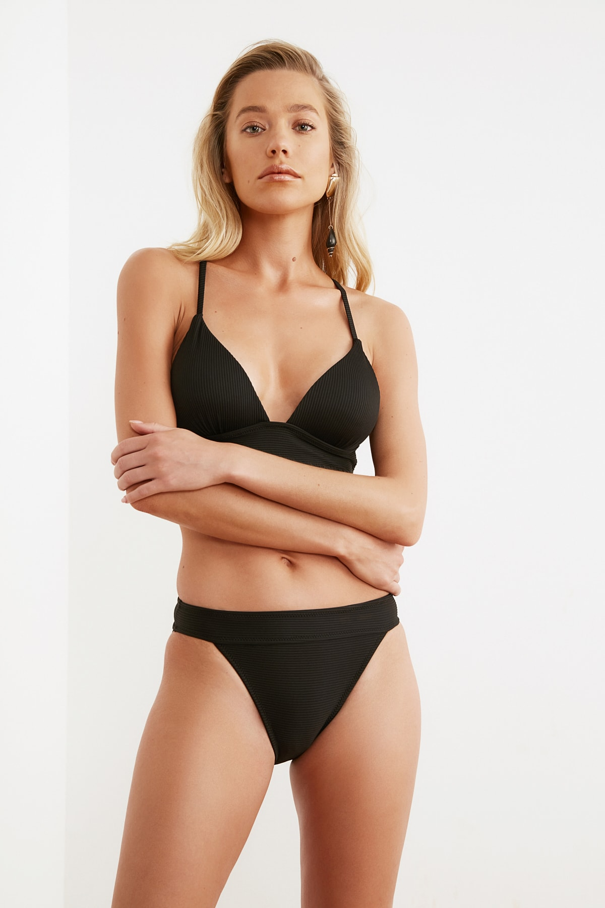 TRENDYOLMİLLA Siyah Dokulu Bikini Altı TBESS21BA0016 1