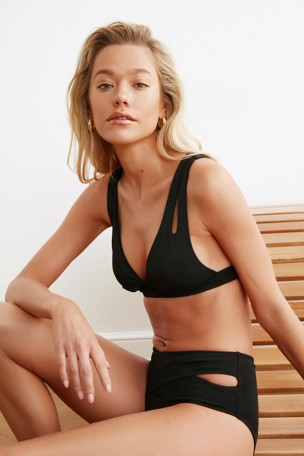 TRENDYOLMİLLA Siyah Cut-Out Detaylı Üçgen Bikini Üstü TBESS20BU0202 2