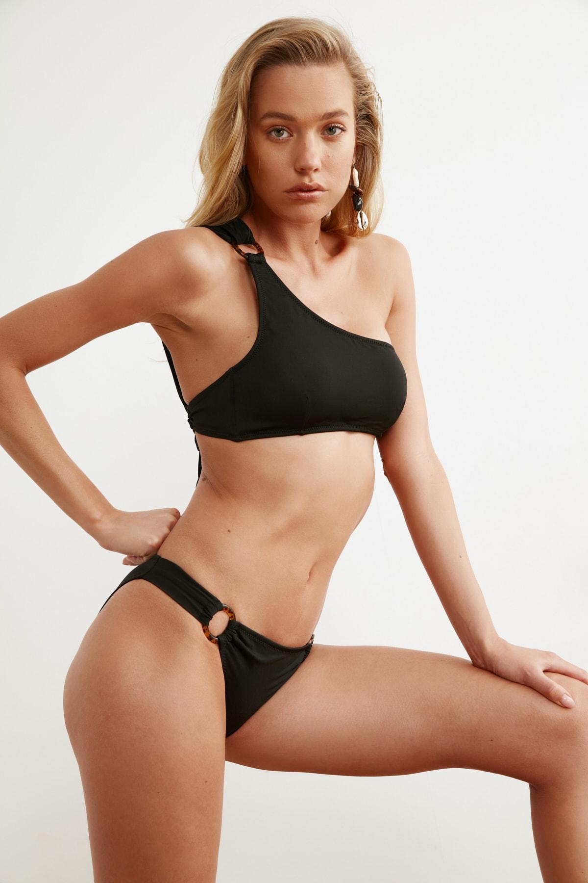 TRENDYOLMİLLA Siyah Halka Aksesuarlı Bikini Altı TBESS21BA0048 1