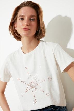 TRENDYOLMİLLA Ekru Baskılı Semifitted Örme T-Shirt TWOSS21TS0146