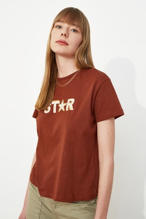 TRENDYOLMİLLA Kahverengi Nakışlı Semifitted Örme T-Shirt TWOSS20TS0039