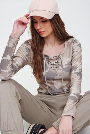 Trend Alaçatı Stili Kadın Kamuflaj Kuş Gözlü Yakası Bağcıklı Fitilli Bluz ALC-X5883