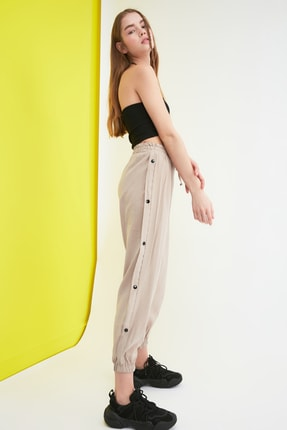 TRENDYOLMİLLA Taş Düğme Detaylı Pantolon TWOSS21PL0037