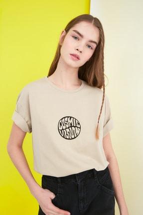 TRENDYOLMİLLA Bej Nakışlı Boyfriend Örme T-Shirt TWOSS21TS0317