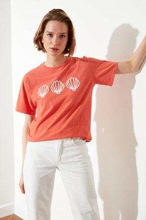 TRENDYOLMİLLA Turuncu Yıkamalı ve Baskılı Boyfriend Örme T-Shirt TWOSS21TS0867