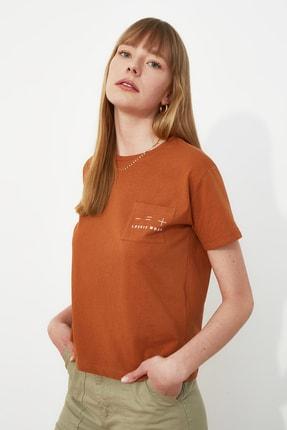 TRENDYOLMİLLA Tarçın Nakışlı Semifitted Örme T-Shirt TWOSS21TS0098
