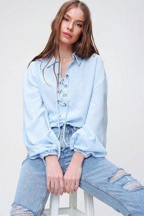 Trend Alaçatı Stili Kadın Mavi Balon Kollu Yakası Bağcıklı Oversize Dokuma Viscon Bluz ALC-X5941