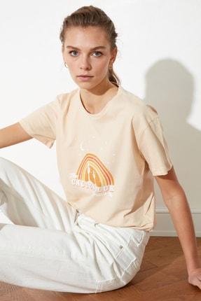 TRENDYOLMİLLA Bej Baskılı Semi Fitted Örme T-Shirt TWOSS20TS0804